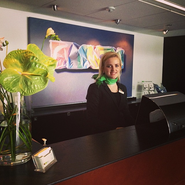 Anna-Karin förbreder dagens ankomster. Vi hoppas på att få checka in just dig ikväll @avalon_gbg #avalon_gbg