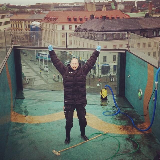 Idag ser ni David och Bernadette på hotellets tak. Dags för poolen att städas. Snart ska den fyllas med vatten! @avalon_gbg #avalon_gbg @designhotels #gbg #göteborg