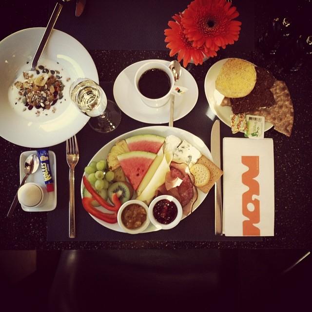 Morgonstund har guld i mun. Frukost ingår alltid till våra hotellgäster. Är ni sugna på att testa på våran frukostbuffé så är ni varmt välkomna för 195kr/pp i mån av plats. Öppettider: vardagar 6:30-10:00, lördag 7:00-11:00, söndagar 8:00-12:00 @avalonhotel #avalon_gbg #designhotels