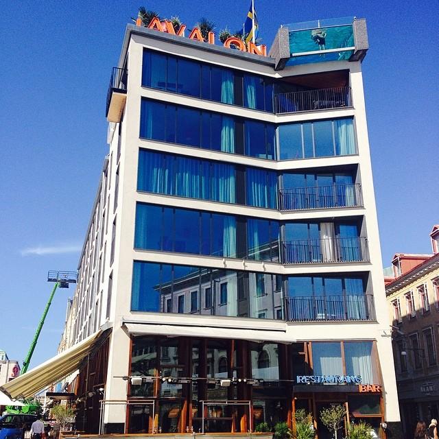 Sommarvärme och stålande sol. Vi ser fram emot att välkomna alla gäster som ska besöka Göteborg i helgen! Vår pool och poolbar är öppen 12-18 för alla hotellgäster. #summerburst #avalon_gbg @avalon_gbg @avalonhotel #gbg @designhotels