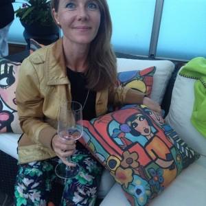 Just nu här hittar vi bland många härliga gäster fantastiska @karolinakonst bland sina egen designade kuddar