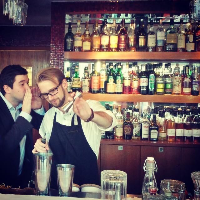 Fredag på Avalon! Gästvärden smyger in och viskar fram extra goda recept till bartendrarna! Det här vill ni inte missa! @avalonhotel #avalon_gbg #designhotels #cocktaildeluxe