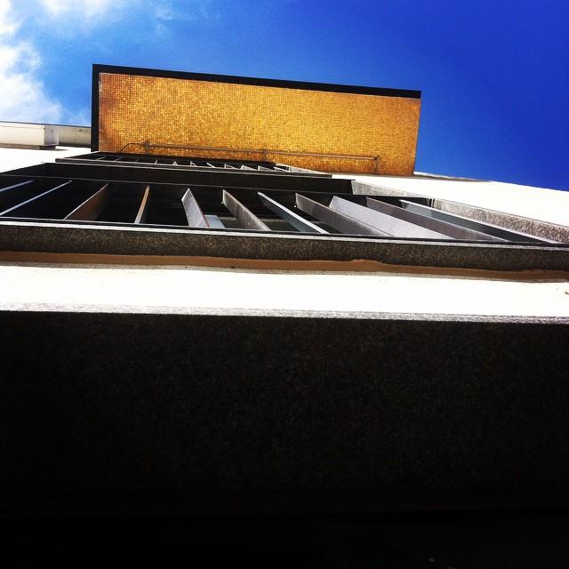 Under balkongen till svit Larmgatan så hittar ni det urläckra guldkaklet! Nästa gång ni går förbi så får ni titta upp! @avalonhotel @design_hotels #avalon_gbg #designhotels #madebyoriginals #avalonhotel #göteborg #gothenburg #design #interior #hotel #avalonism #guld #kakel #24k