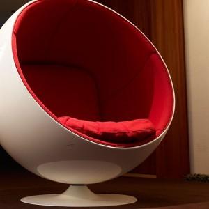 Fåtöljen Ball Char är designad av Eero Arnio, en finsk formgivare från Helsingfors. Denna stol hittar ni på tredje våningen i hotellet. Fångar denna designer ert intresse så finns han också representerad på Röhsska museet. @rohsska @avalonhotel @design_hotels