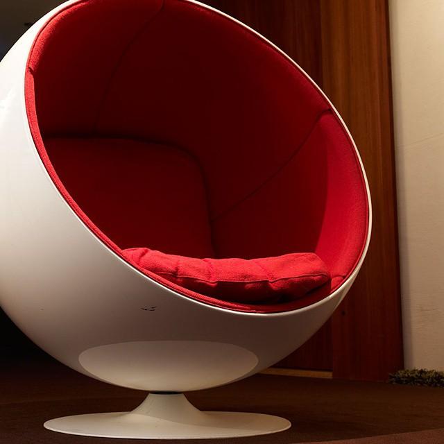 Fåtöljen Ball Char är designad av Eero Arnio, en finsk formgivare från Helsingfors. Denna stol hittar ni på tredje våningen i hotellet. Fångar denna designer ert intresse så finns han också representerad på Röhsska museet. @rohsska @avalonhotel @design_hotels #avalon_gbg #designhotels #madebyoriginals #hotelavalon #avalon #avalonhotel #göteborg #gothenburg #design #interior #hotel #avalonism #EeroArnio