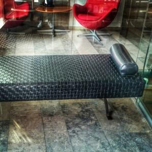 Hur många av er har provsuttit denna vackra möbel? Enzo Mars har designat lädersoffan Sigmund som vi hittar i entrén till hotellet. Denna ljuva möbel ger ett smakprov på all konst & design som ni kan hitta hos oss  @avalonhotel @design_hotels