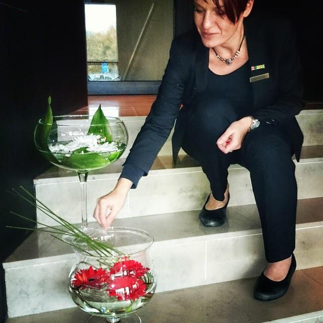 På torsdagar så byter vi ut blommorna på hotellet. Jag och mitt team älskar att fixa blommarragemang till lobbyn, restaurangen samt till våra sviter. Vad är er favoritblomma?  @avalonhotel @design_hotels #avalon_gbg #designhotels #housekeeping #blommor #instagramtakeover