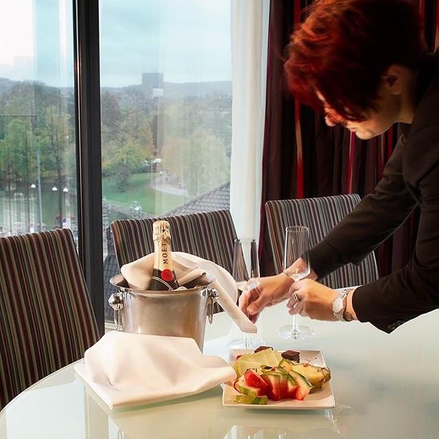 Underbara helg! På helgerna så har vi många som vill unna sig det lilla extra! Vi på housekeeping tar hand om vipparna på hotellet! Om du bokar en av våra sviter så ingår det ett fruktfat och en halv flaska bubbel. Skulle ni vilja unna er det lilla extra till er nästa vistelse så är det bara att ringa eller maila oss så hjälper vi er med lite extra guldkant på tillvaron.  @avalonhotel @design_hotels #avalon_gbg #designhotels #housekeeping #vip #fruktfat #instagramtakeover
