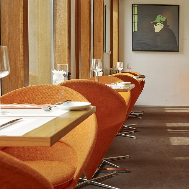 Verner Pantons Cone i orange fyller hela Avalons restaurang och skapar en eklektisk 2000-talsblandning där Pantons stol och detaljerna i trä i rumsgestaltaningen står i stark kontrast till varandra. @avalonhotel @design_hotels #avalon_gbg #designhotels #madebyoriginals #hotelavalon #avalon #avalonhotel #göteborg #gothenburg #design #interior #hotel #avalonism #vernerpanton