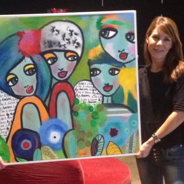 Målningen Like & Share är på plats i vårt hus, signerad och levererad av #karolinakonst. Motivet pryder våra fina kuddfodral som från och med idag finns att köpa hos oss. Hjälp oss hjälpa #gbgstadsmission #likeandsharebyavalon