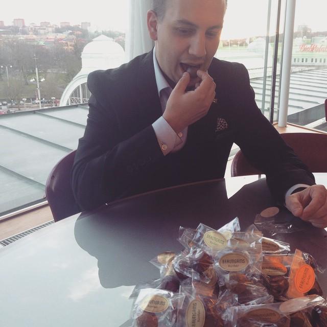 En av mina allra viktigaste arbetsuppgifter är att kontrollera att kvaliteten på chokladpralinerna uppfyller våra höga krav. Det är tufft, men det måste göras... Efter den hårda kontrollen placeras pralinerna på våra rum där våra gäster kan avnjuta dem. @avalonhotel @brautigamsmarsipan @design_hotels #avalon_gbg #designhotels #madebyoriginals #hotelavalon #avalon #instagramtakeover #choklad