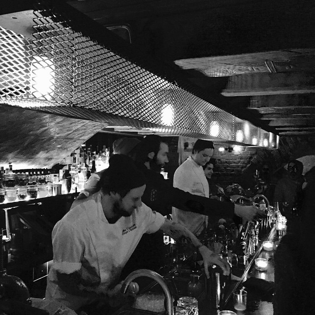 Amazing workshop has developed to a fantastic night with a massive guest shift at our neighbours @strangerstrangergbg with @bartillgrav @larsrenbjer @renbjermagnusson #renbjermagnusson #pisco #piscosourday #cocktails