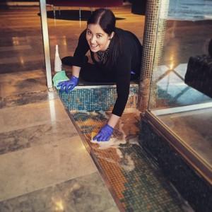 Idag har Fengshui poolen fått extra omvårdnad inför alla hjärtan dag! Heja Jessica som skrubbar så fint! @avalonhotel @design_hotels