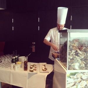 Idag lyxar vi till det ordentligt på @avalonhotel. Vår assisterande kökschef Johan bjuder våra gäster på ostron och cava. @design_hotels