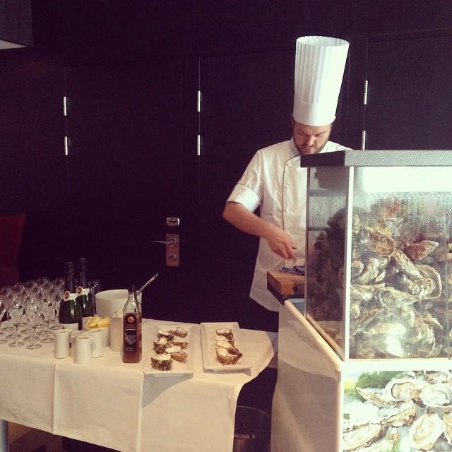 Idag lyxar vi till det ordentligt på @avalonhotel. Vår assisterande kökschef Johan bjuder våra gäster på ostron och cava. @design_hotels #avalon_gbg #gotoseagbg #vardagslyx #avalonhotel #gothenburg #madebyoriginals