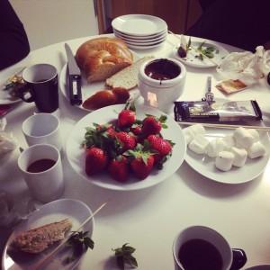 Lina bjuder på fredagsfika deluxe. Jordgubbar och chokladfondue samt hembakat kaffebröd. @avalonhotel @design_hotels