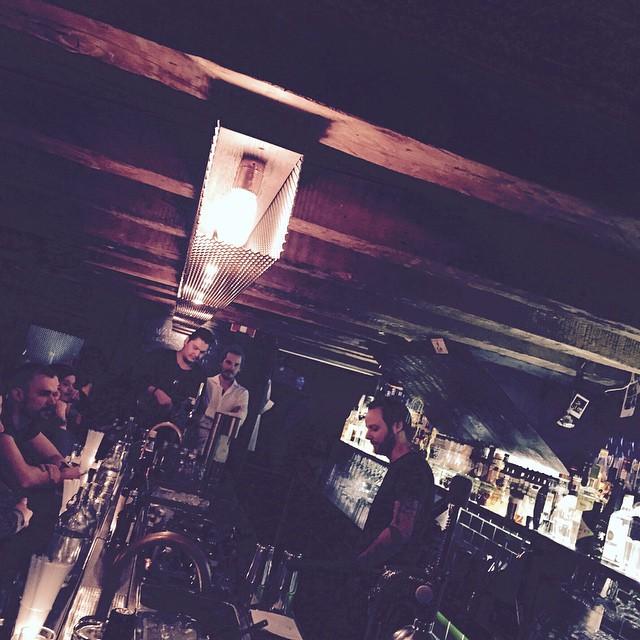 Today we're at our neighbours @strangerstrangergbg for an inspiring workshop with @bartillgrav and @renbjermagnusson #cocktails #renbjermagnusson #barlife #workshop #speakeasybaringothenburg