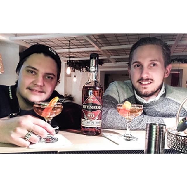 Visiting our amazing friends @drinks20 with our neighbours @strangerstrangergbg drunkning Rock&Rye. #avalon #avalonhotel #designhotels #rittenhouse #drinks20 #strangerstrangergbg #rock&rye