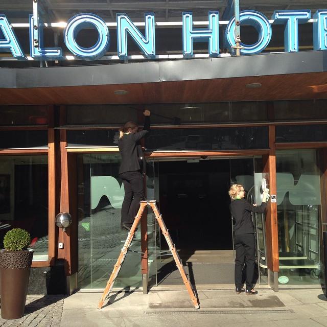 Solsken och (någorlunda) vindstilla, då passar Jonna och Therese på att snygga till utanför hotellentrén. @avalonhotel @design_hotels #avalon_gbg #avalonhotel #madebyoriginals #gothenburg #vårstädning