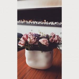 I vår lobby kan ni alltid hitta fina blomsterarrangemang. Varje onsdag går vår husfru eller hennes assisterande och köper snittblommor och skapar själva dessa vackra arrangemang själva. Så kom gärna in och kolla på dessa runtom i vår lobby  hoppas alla våra följare får en trevlig helg! @avalonhotels @design_hotels