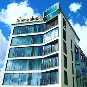 En augustidag 2004 samlades de första avalonisterna. Utmaningen handlade inte bara om att skapa ett exklusivt hotell bland andra. Idéen var att göra det närapå omöjliga. Ett hotell som gav mer, ett som stack upp, var både mer självklart och förvånande. Läs mer om Avalons historia på http://www.avalonhotel.se/avalon/avalon/ The challenge was not just to create an upscale hotel among others. The idea was to do the almost impossible. A hotel that gave more, that stood out, was more obvious as well as surprising. Read more about Avalons history at: http://www.avalonhotel.se/avalon/avalon/