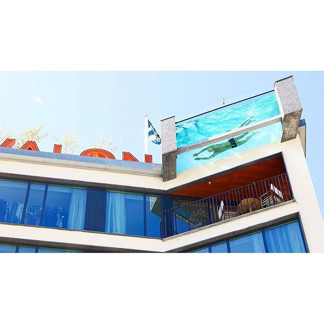 """Som hotellgäst har du tillgång till vår terrass mellan kl. 12.00-18.00 under perioden maj - september. Något som är speciellt med vår pool är att en del av vattnet """"svävar fritt"""" över Kungsportsplatsen. Poolen håller runt 24 grader och är 7 gånger 3 meter samt 1,3 m djup. Vi ser fram emot att träffa dig till sommaren! As a hotel guest you have access to our terrace between the hours 12:00 – 18:00 during the period May-September. Something that is special about our pool is that some of the water """"floats freely"""" over Kungsportsplatsen. The pool is about 24 degrees and is 7 times 3 metres and 1.3 metres deep. We look forward to seeing you this summer!"""