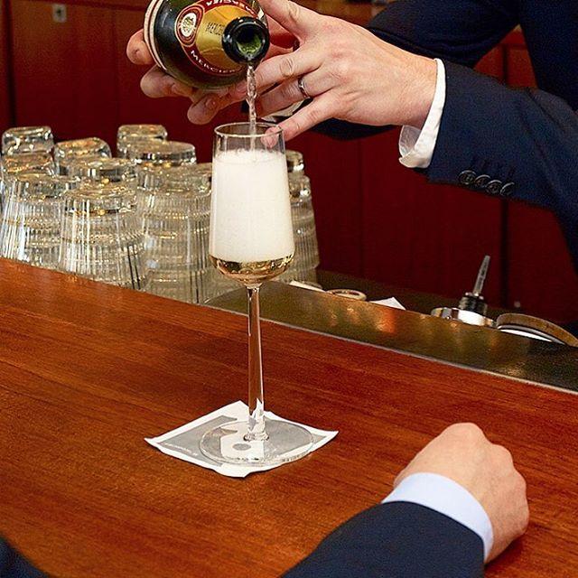 Fredag! I Avalons bar ska alla känna sig välkomna, Göteborgare och hotellets gäster, gänget som samlats för afterwork, vännerna som möts, här är både starten och slutet på en härlig festkväll. Öppet idag 12.00 – 01.00 Välkomna! Friday! In the Avalon bar everyone should feel welcome, the locals and hotel guests, the after-workers, friends who meet, the bar is the start as well as the end of a lovely festive evening. Open today 12.00 – 01.00 Welcome!