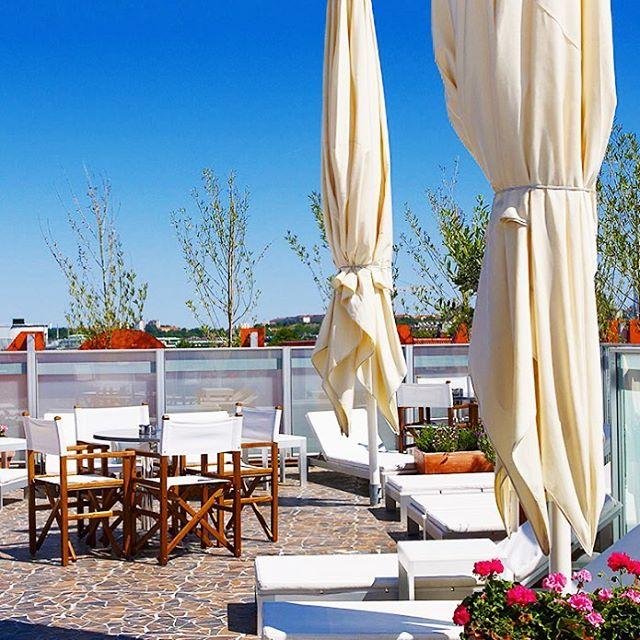 Vår takterass möter också design, som solstolarna och borden av konstnären Ramón Esteve. ️ Our roof terrace meets design with sunbeams and tables by the artist Ramón Esteve. ️